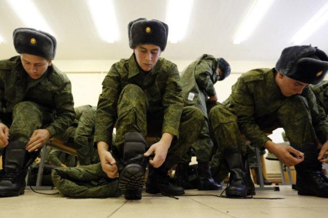Сейчас в России действует система, позволяющая и контрактников содержать, и срочников готовить.