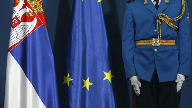 Сербский гвардеец во время пресс-конференции в Белграде