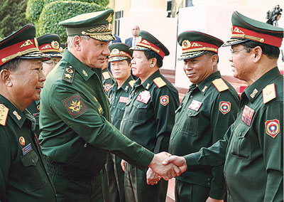 Военнослужащие ВС Лаоса приветствуют Сергея Шойгу.