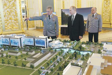 Сергей Шойгу демонстрирует Владимиру Путину макет технополиса. Фото предоставлено Министерством обороны РФ.
