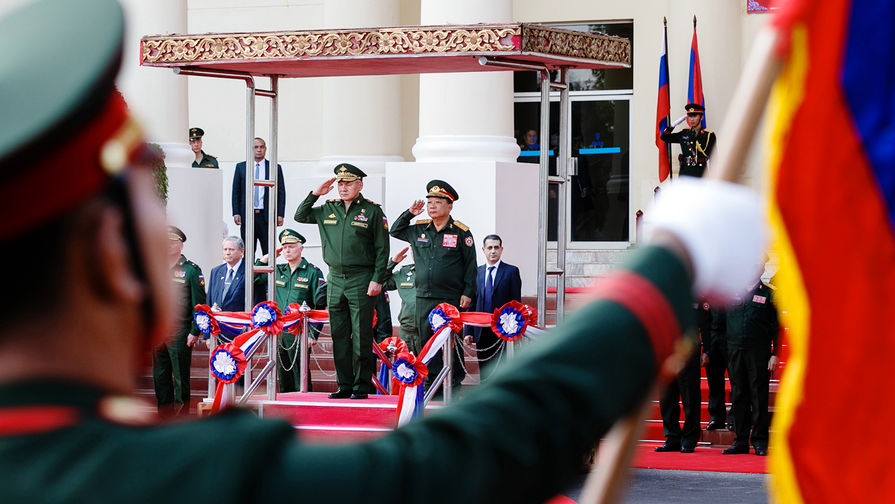 Министр обороны России Сергей Шойгу и министр обороны Лаоса Тянсамон Тяннялато во время встречи во Вьентьяне, 22 января 2018 года.