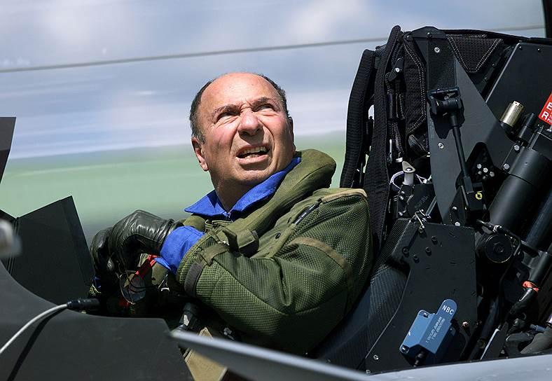 Серж Дассо в кабине истребителя Dassault Rafale.