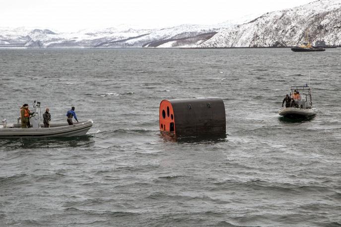 """Учения по испытанию всплывающей спасательной камеры на подводной лодке """"Северодвинск""""."""