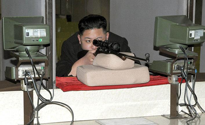 Северокорейский лидер Ким Чен Ын стреляет по мишеням в Пхеньяне.