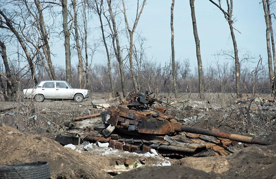 Сгоревший украинский танк у села Никишино Донецкой области.