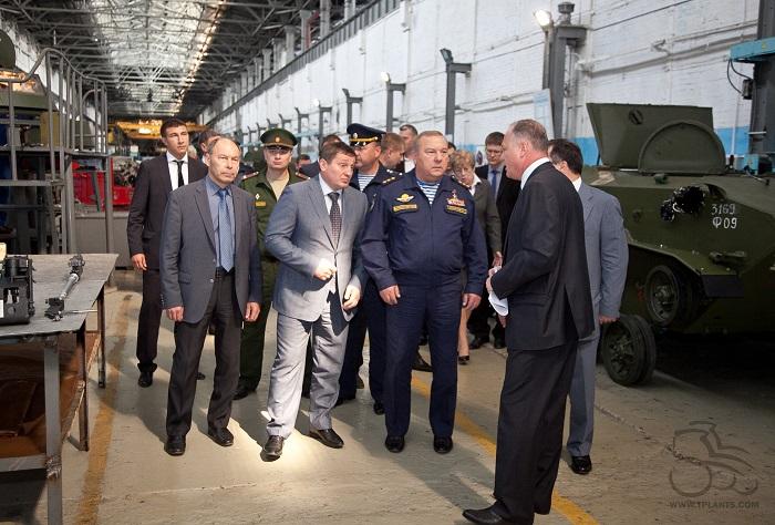 Командующий ВДВ Владимир ШАМАНОВ (в центре) на ВгТЗ.