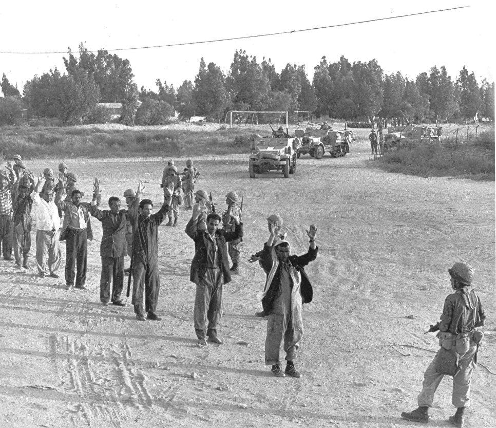 Египетские военные в плену у израильских войск. Шестидневная война. 1967.