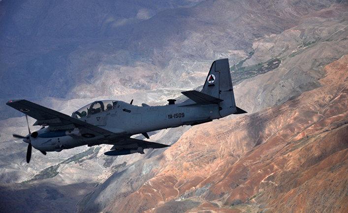 """Штурмовик A-29 """"Супер Тукано"""" пролетает над Афганистаном."""