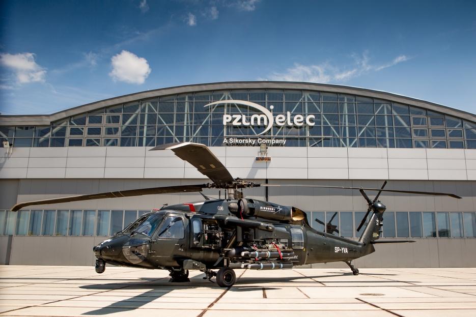 Изготовленный польским предприятием Sikorsky PZL-Mielec вертолет Sikorsky S-70i International Black Hawk, дополнительно оснащенный комплектом вооружения (польская регистрация SP-YVA, серийный номер 036), 2016 год.