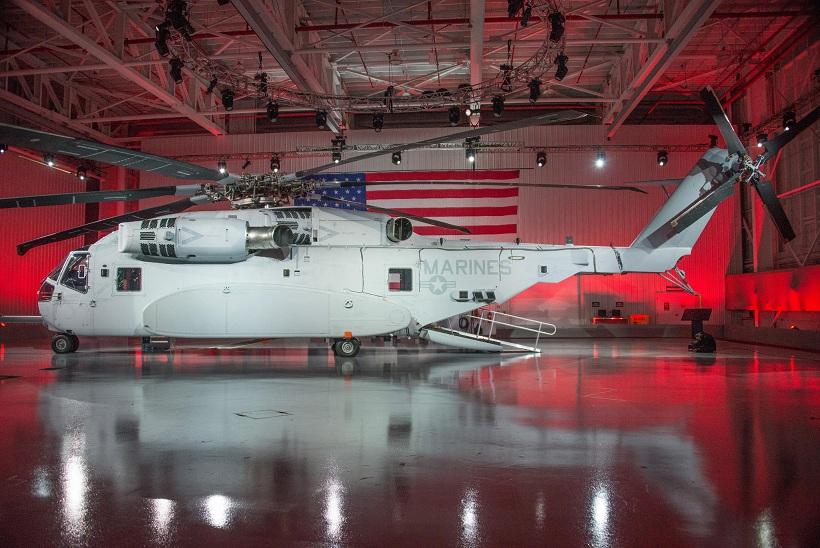 Первый летный опытный образец тяжелого транспортного вертолета Sikorsky CH-53K King Stallion во время церемонии выкатки в Вест-Палм-Бич. 05.05.2014.