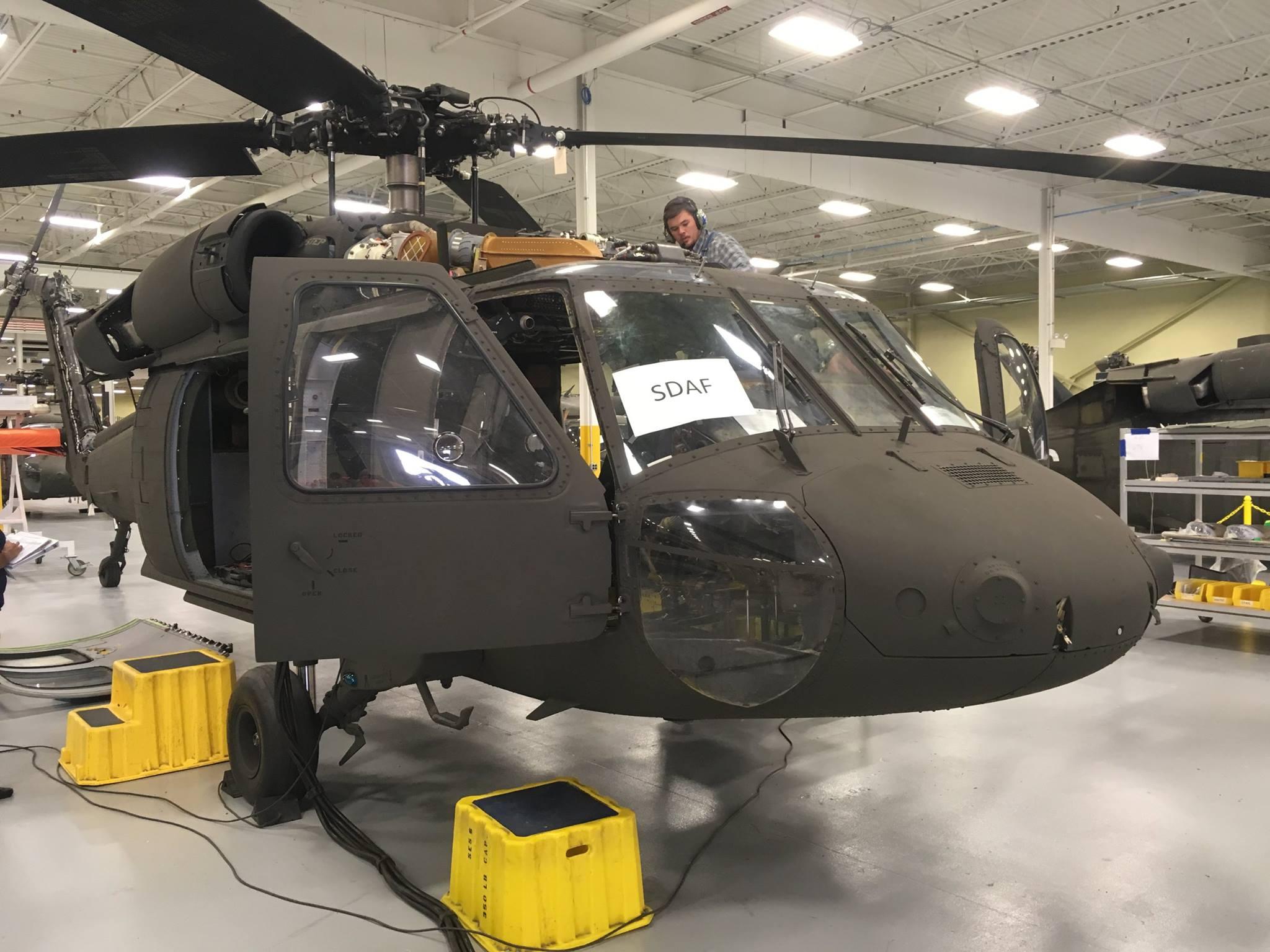 Первый модифицированный американский многоцелевой вертолет Sikorsky UH-60А+ Black Hawk, предназначенный для передачи ВВС Афганистана. 15.08.2017.