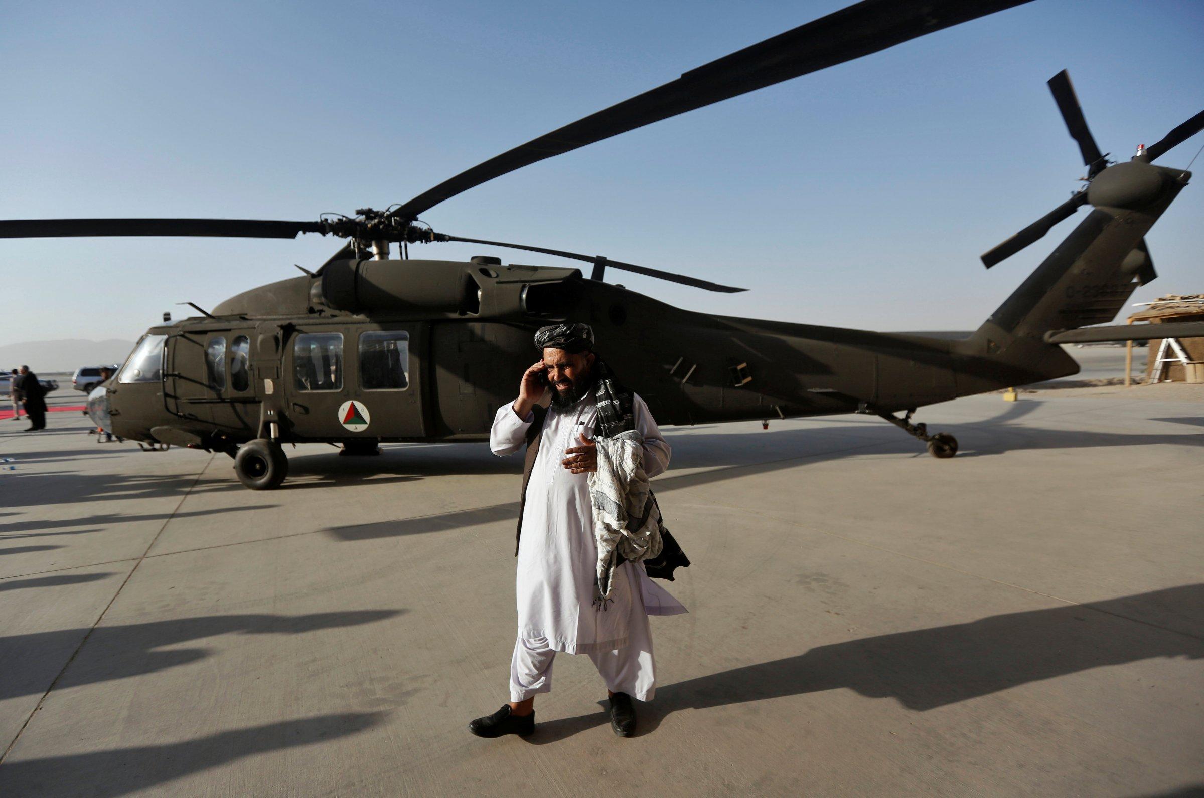 Один из первых двух переданных ВВС Афганистана американских многоцелевых вертолетов Sikorsky UH-60А+ Black Hawk. Кандагар, 07.10.2017.