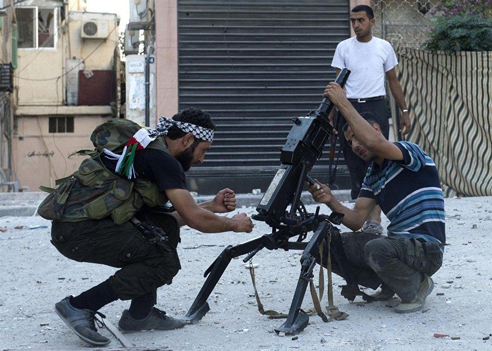 Сирийские боевики с автоматическим гранатометом АГС-17 в Алеппо.