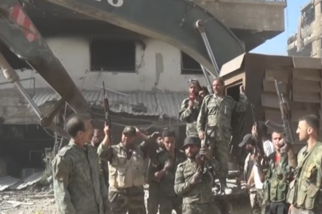 Сирийский бронеэкскаватор в Дамаске.