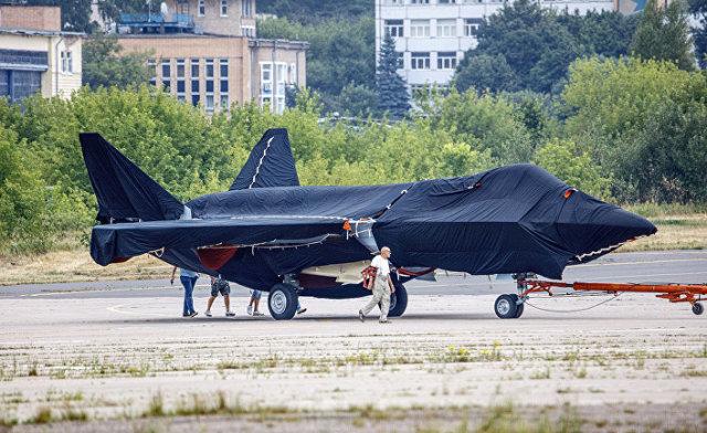 Скрытый под брезентом российский истребитель