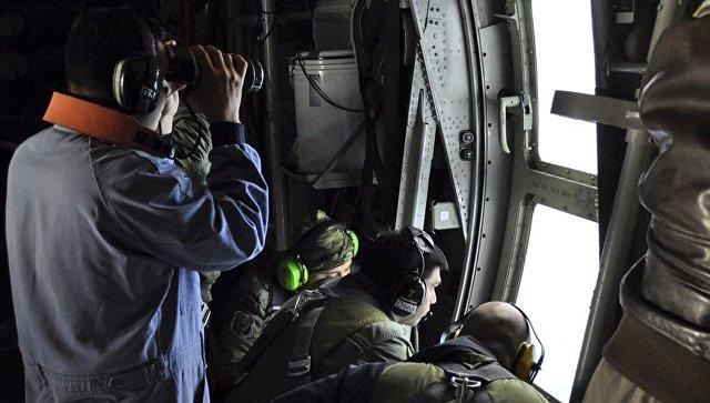 Служащие ВМС Аргентины во время поиска пропавшей подлодки Сан-Хуан над Атлантическим океаном у побережья Аргентины. 21 ноября 2017.
