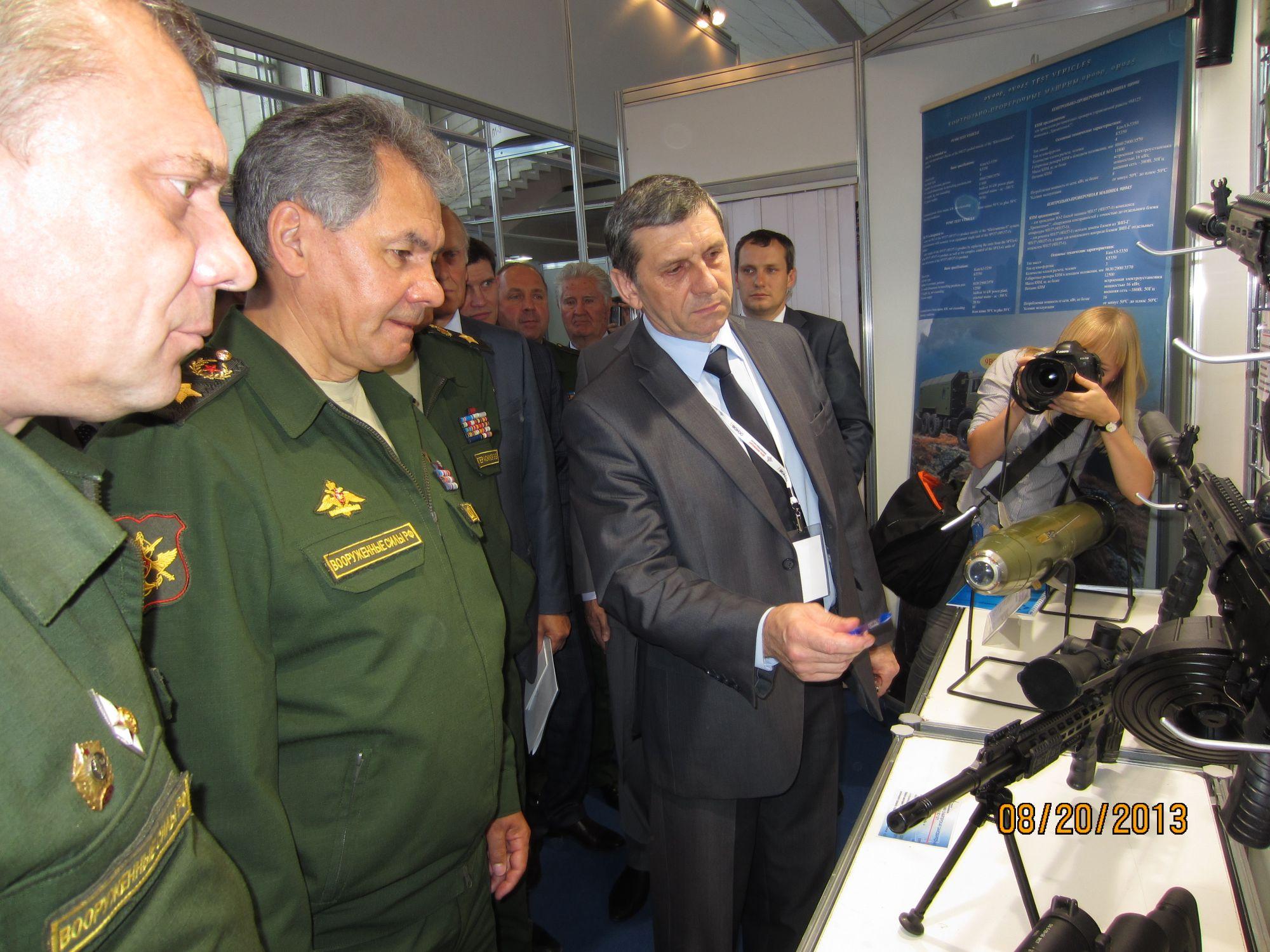 Министр обороны Сергей Шойгу осматривает экспозицию концерна «Калашников» на Дне инноваций 20 августа 2013г.