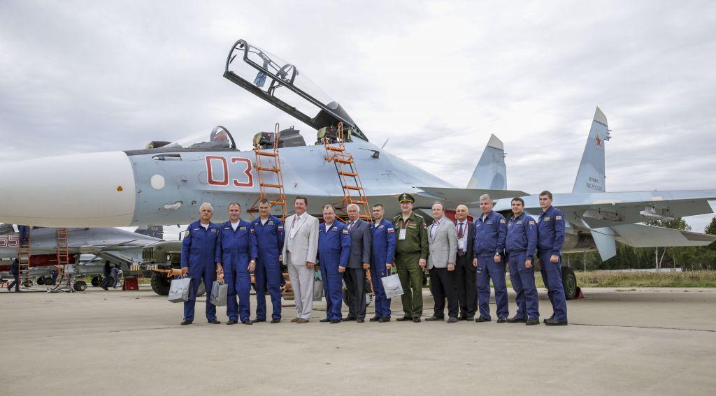 Представители ПАО «Корпорация «Иркут» с летчиками пилотажной группы «Соколы России».
