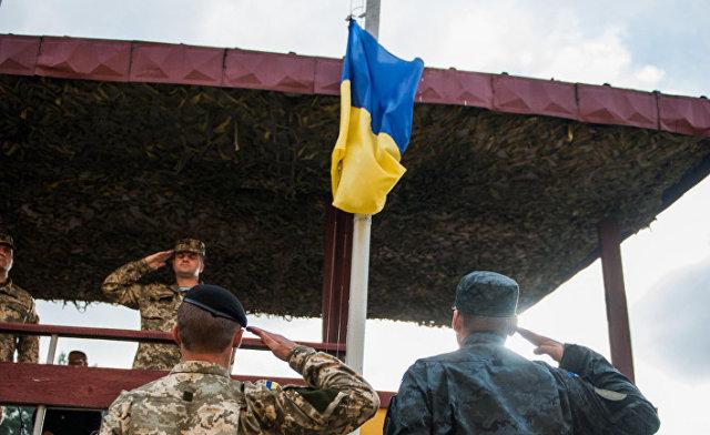 Солдаты Украинской армии и армии США во время церемонии закрытия учений Rapid Trident 2014