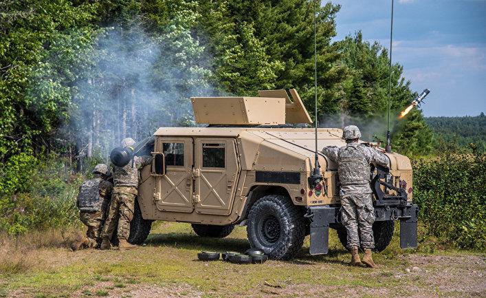 """Солдаты 251-й боевой инженерной роты производят тренировочный пуск противотанковой ракеты """"Джавелин""""."""