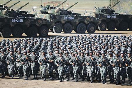 Солдаты Народно-освободительной армии Китая готовятся к военному параду. Фото Reuters