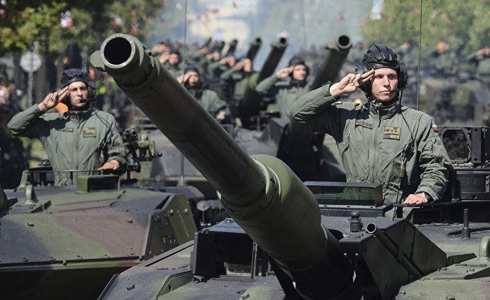 Солдаты польской армии во время ежегодного военного парада в честь Дня польской армии в Варшаве.