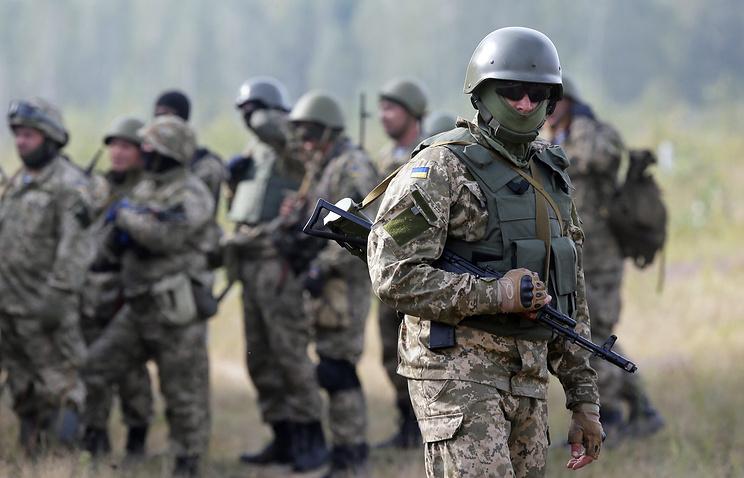 Солдаты украинской армии во время учений.