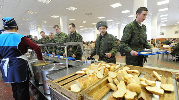 Солдаты в столовой