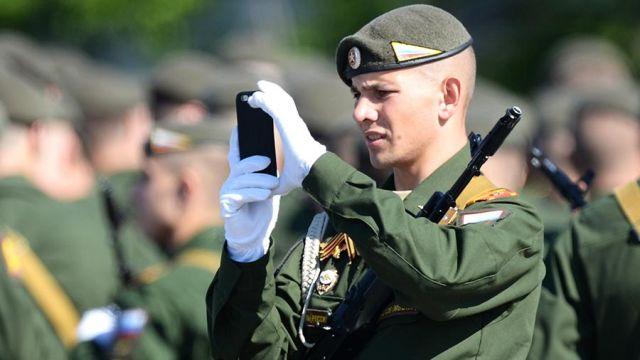 Военнослужащий со смартфоном