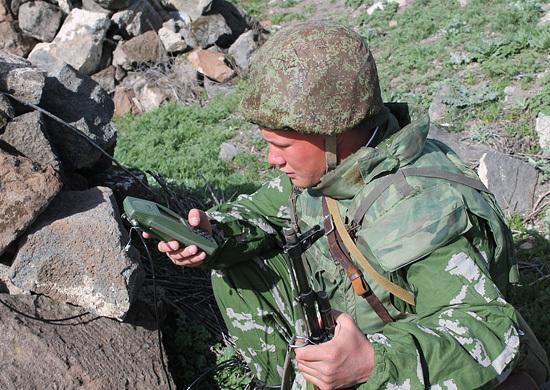 Военнослужащий с навигатором