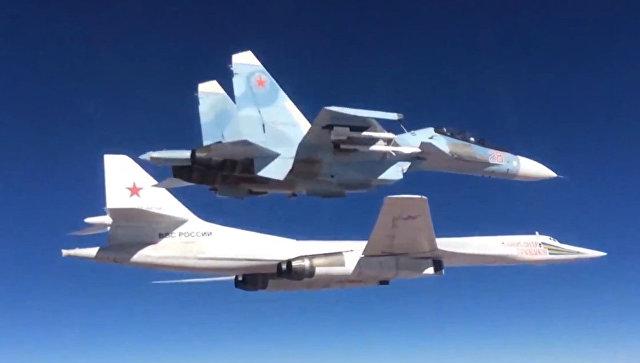 Сопровождение истребителем Су-30СМ бомбардировщика-ракетоносца Ту-160. Архивное фото.