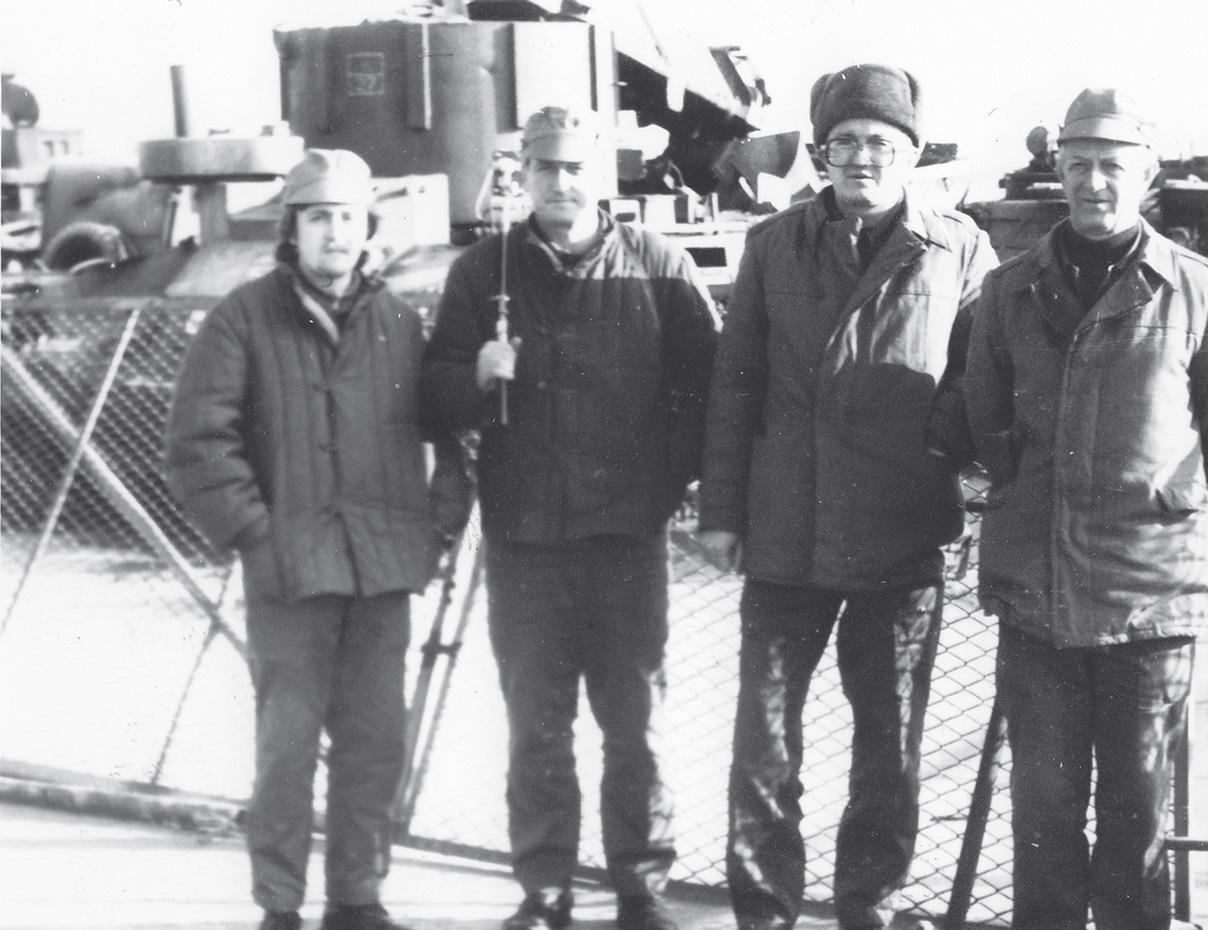 1988 г. Сотрудники «НИИстали» (слева направо) инженеры М.Чистяков и С.Студенецкий, директор НИИ стали В.Шашкин, начальник лаборатории Е.Фрид у площадки утилизированной загрязненной спецтехники.