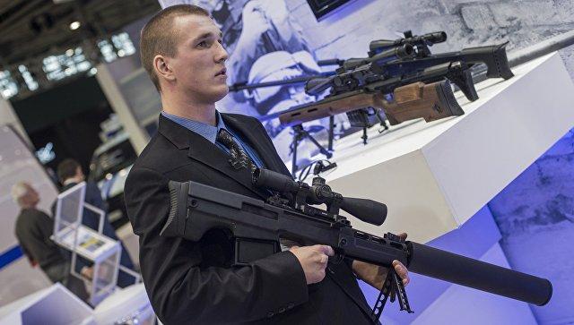 Сотрудник со снайперской крупнокалиберной бесшумной винтовкой Выхлоп на стенде компании Ростех. Архивное фото.