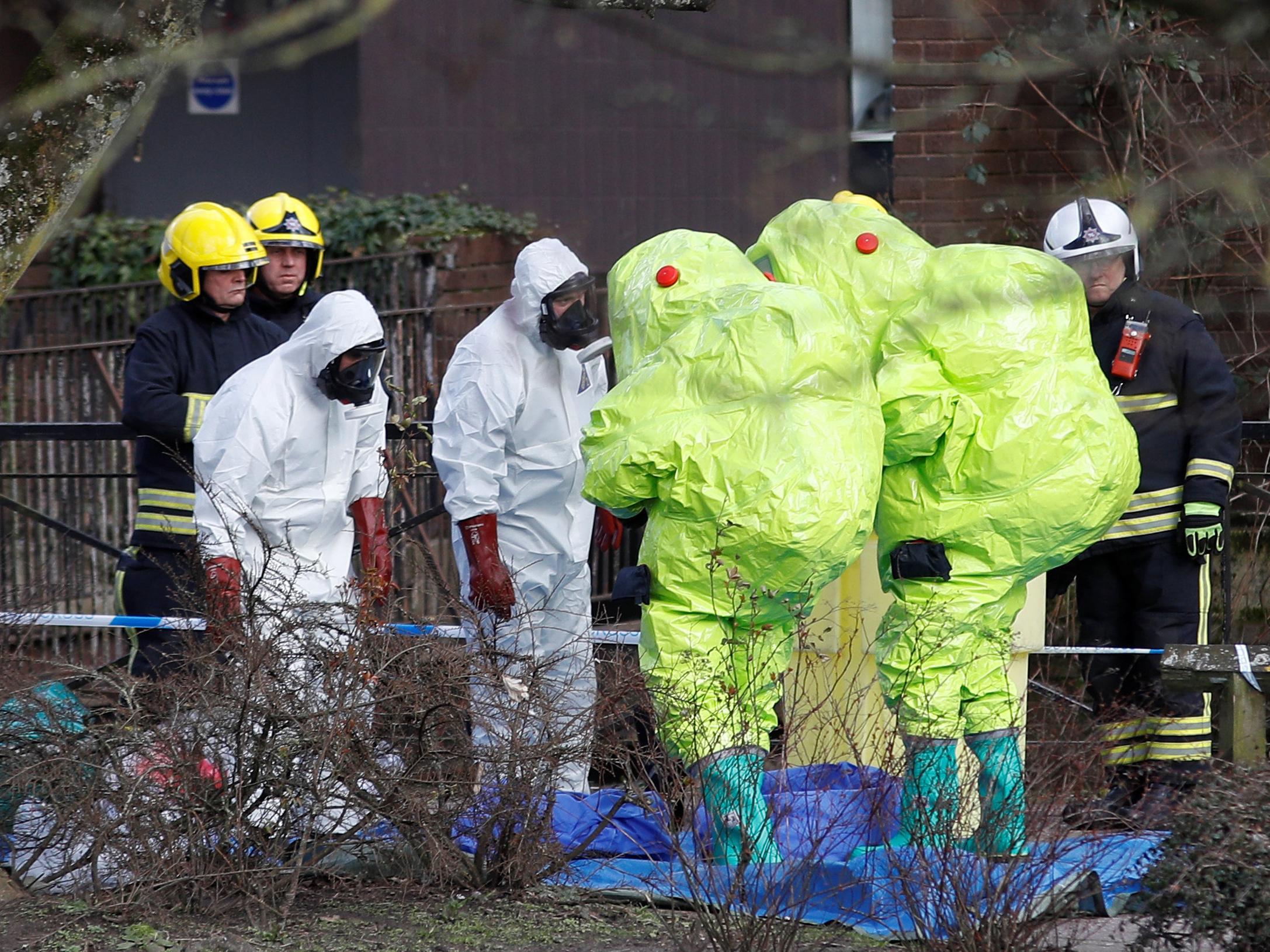 Сотрудники британской полиции и спецслужб на месте отравелния Сергея Скрипаля.