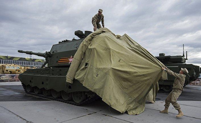 """Сотрудники снимают тент с 152-миллиметровой самоходной артиллерийской установки """"Коалиция-СВ""""."""