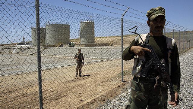 Сотрудники военизированной охраны возле нефтеперерабатывающего предприятия в Иракском Курдистане.