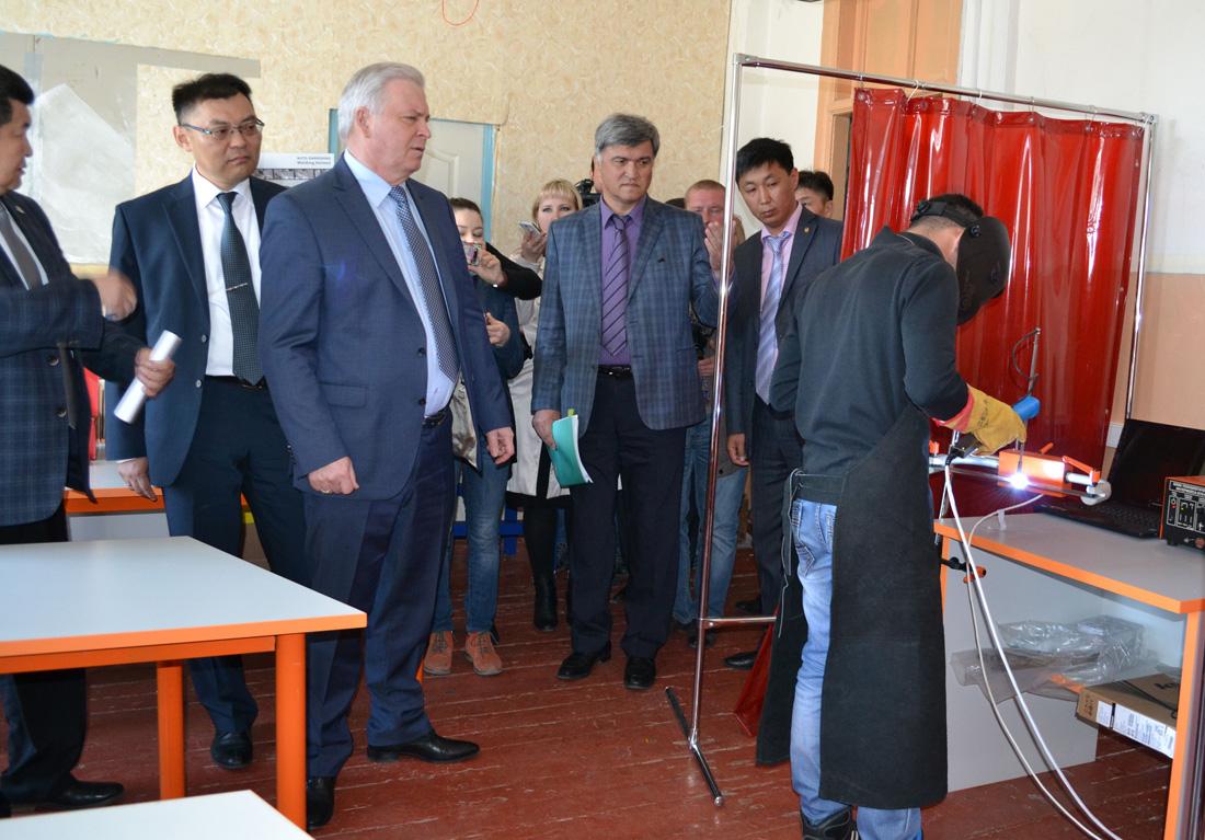 Студенты обучаются на оборудовании У-УАЗ.