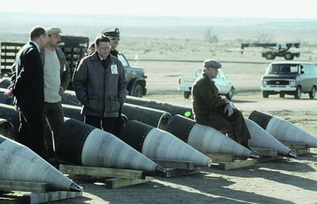 """Советские инспекторы и их американские """"сопровождающие"""" на позиции по разделке баллистических ракет средней дальности """"Першинг-2"""", представлявших серьезную угрозу для безопасности нашей страны."""