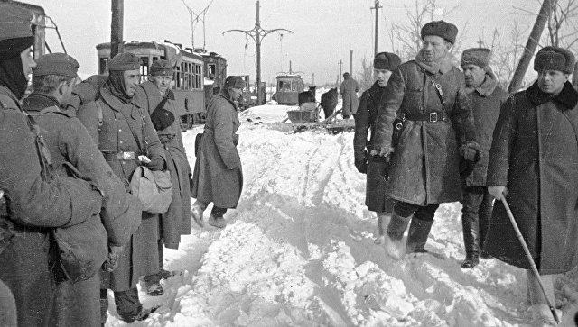 Советские офицеры проходят мимо немецких пленных. Сталинград, январь 1943 года. Архивное фото.