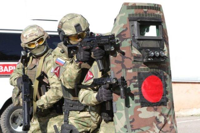Современный щит спецназовца не только предохраняет от пуль и осколков. Он способен поражать нарушителя разрядом электротока, ослепить или оглушить.
