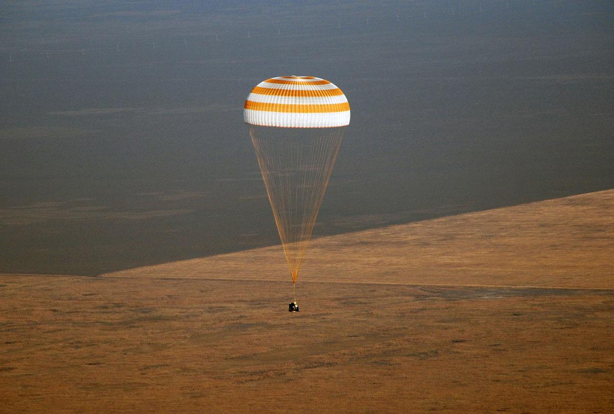 """Приземление спускаемого аппарата корабля """"Союз"""". Источник: Авиапанорама."""