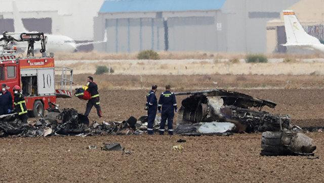 Спасатели на месте крушения истребителя F-18 ВВС Испании, который разбился на авиабазе Торрехон-де-Ардос, Испания. 17 октября 2017.