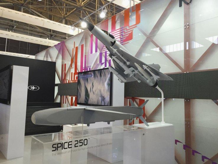 Макет управляемой планирующей бомбы Spice 250 рядом с моделью истребителя-бомбардировщика Mirage 2000 на выставке Aero India 2015.