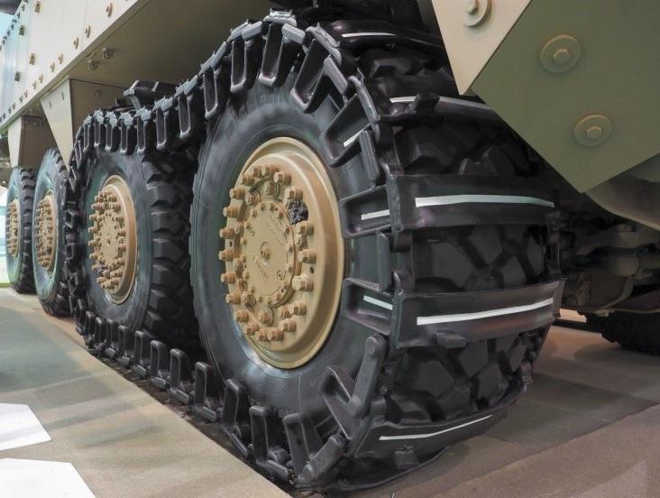 Дополнительная гусеница на передней паре колес бронетранспортера ST Kinetics Terrex 1+ в экспозиции выставки Singapore Airshow 2016. Сингапур, февраль 2016 года.