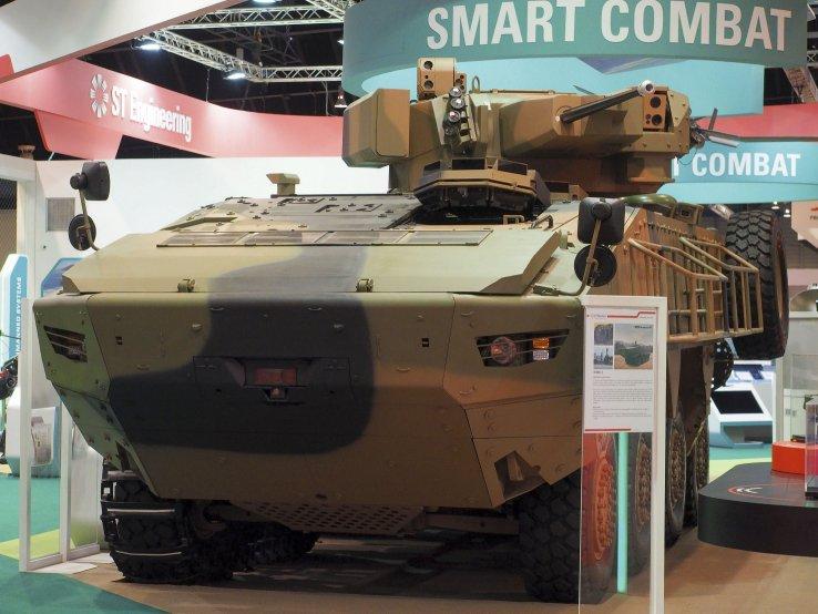 Колесный бронетранспортер ST Kinetics Terrex 1+ с дистанционно управляемым боевым модулем Adder в экспозиции выставки Singapore Airshow 2016. Слева видна установленная дополнительная гусеница. Сингапур, февраль 2016 года.