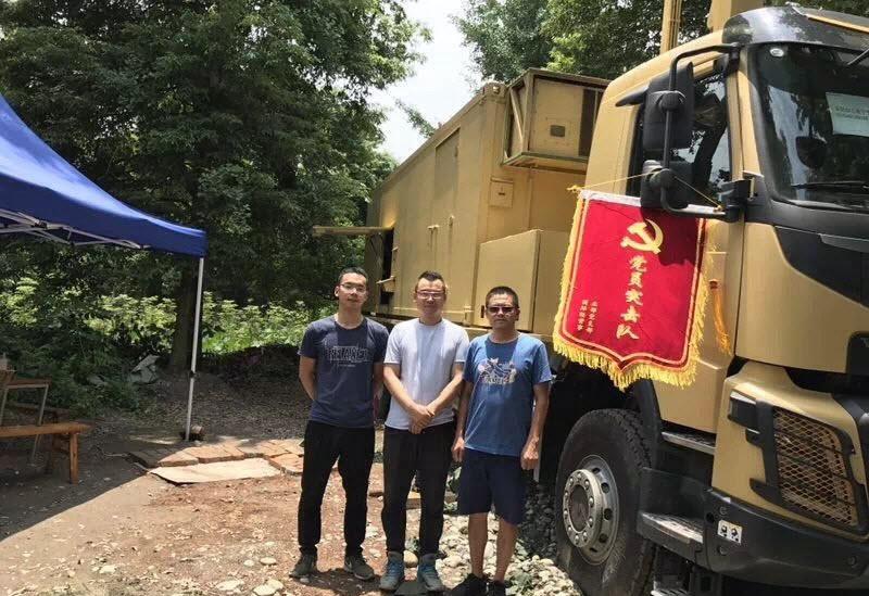 Китайские специалисты рядом машиной станции пассивной разведки DWL002, Туркмения, сентябрь 2017 года.