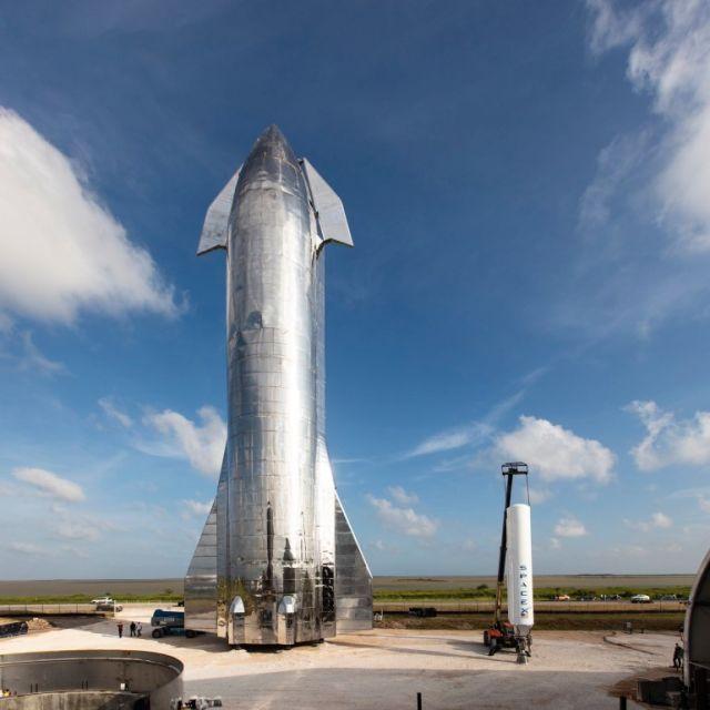 Starship (слева) и двигатель ракеты Falcon 1