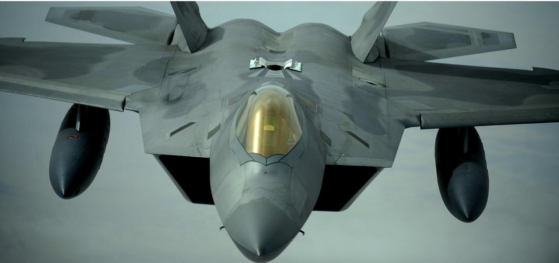 Стелс-истребитель F-22 в полете.