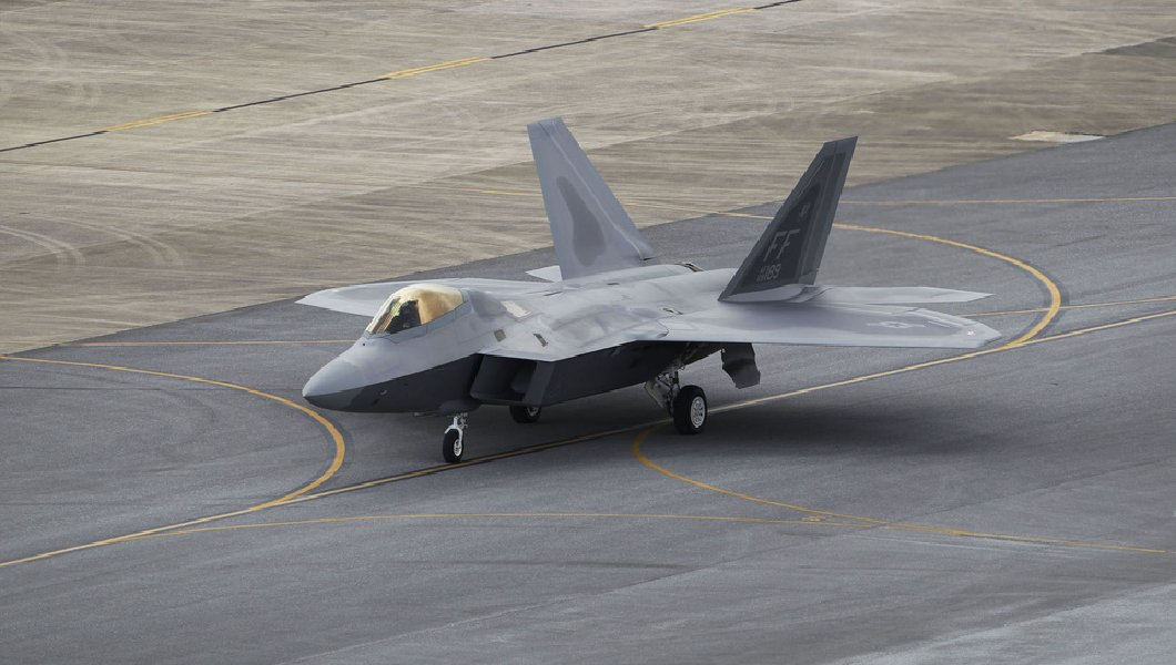 Стелс-истребитель пятого поколения F-22 Raptor.