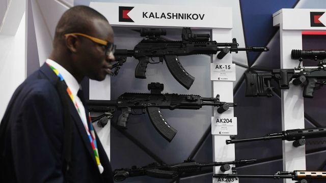 """Стенд концерна """"Калашников"""" на выставке в рамках экономического форума """"Россия - Африка"""" в Сочи"""